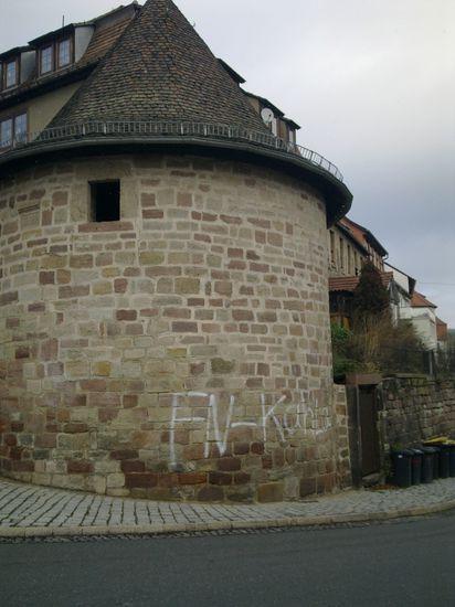Eine der Schmierereien an der historischen Stadtmauer.